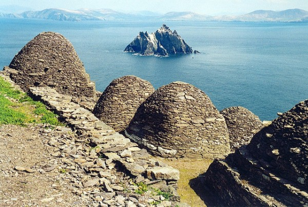 Skellig Michael, beehive cells and Small Skellig, ©Arian Zwegers/Flickr